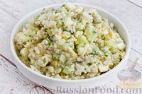 Фото к рецепту: Салат со шпротами, рисом, огурцами и горошком