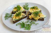 Фото к рецепту: Бутерброды со шпротами, огурцом, яйцами и сыром (на чёрном хлебе)