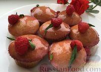 Фото к рецепту: Манные кексы с соком малины и смородиновой глазурью