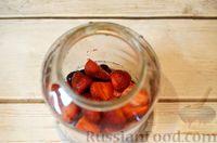 Фото приготовления рецепта: Компот из черешни и клубники  без стерилизации (на зиму) - шаг №4