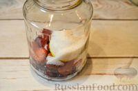 Фото приготовления рецепта: Компот из черешни и клубники  без стерилизации (на зиму) - шаг №6