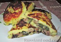 Фото к рецепту: Картофельные пирожки с колбасками и зеленью