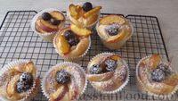 Фото к рецепту: Дрожжевые булочки с фруктами и ягодами