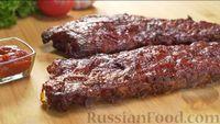 Фото к рецепту: Свиные рёбрышки, запечённые под луковым соусом с кетчупом