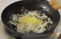 Фото приготовления рецепта: Рис по-тайски, с курицей, овощами и жареным яйцом - шаг №8