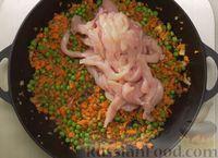 Фото приготовления рецепта: Рис по-тайски, с курицей, овощами и жареным яйцом - шаг №11
