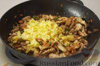 Фото приготовления рецепта: Рис по-тайски, с курицей, овощами и жареным яйцом - шаг №13