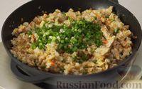 Фото приготовления рецепта: Рис по-тайски, с курицей, овощами и жареным яйцом - шаг №15