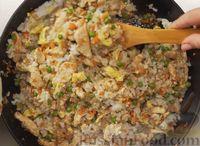 Фото приготовления рецепта: Рис по-тайски, с курицей, овощами и жареным яйцом - шаг №14
