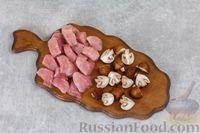 Фото приготовления рецепта: Свинина, тушенная с грибами, в сметанном соусе - шаг №2