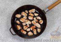Фото приготовления рецепта: Свинина, тушенная с грибами, в сметанном соусе - шаг №3
