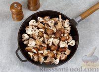 Фото приготовления рецепта: Свинина, тушенная с грибами, в сметанном соусе - шаг №4