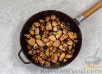 Фото приготовления рецепта: Свинина, тушенная с грибами, в сметанном соусе - шаг №5
