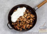 Фото приготовления рецепта: Свинина, тушенная с грибами, в сметанном соусе - шаг №6