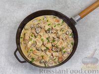 Фото приготовления рецепта: Свинина, тушенная с грибами, в сметанном соусе - шаг №7