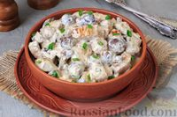 Фото приготовления рецепта: Свинина, тушенная с грибами, в сметанном соусе - шаг №8