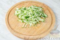 Фото приготовления рецепта: Овощной салат с яблоком, брынзой и маслинами - шаг №4