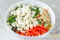 Фото приготовления рецепта: Овощной салат с яблоком, брынзой и маслинами - шаг №10