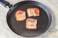 Фото приготовления рецепта: Бутерброд с омлетом, овощами и копчёной грудинкой - шаг №4