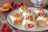 Фото к рецепту: Роллы из лаваша с творожно-банановой начинкой, малиной и абрикосами