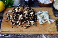 Фото приготовления рецепта: Грибной суп с курицей и молоком - шаг №3