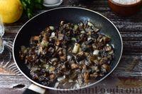 Фото приготовления рецепта: Грибной суп с курицей и молоком - шаг №4