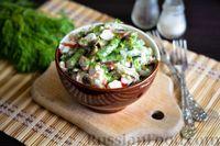 Фото к рецепту: Крабовый салат с шампиньонами, стручковой фасолью и яйцом