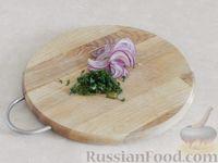 Фото приготовления рецепта: Салат из дыни с сыром фета, красным луком и мятой - шаг №3