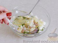 Фото приготовления рецепта: Салат из дыни с сыром фета, красным луком и мятой - шаг №6