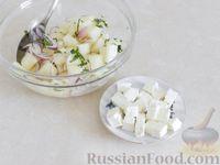 Фото приготовления рецепта: Салат из дыни с сыром фета, красным луком и мятой - шаг №7