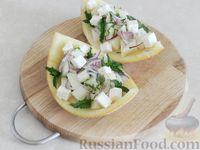 Фото приготовления рецепта: Салат из дыни с сыром фета, красным луком и мятой - шаг №8