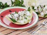 Фото приготовления рецепта: Салат из дыни с сыром фета, красным луком и мятой - шаг №9
