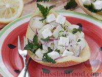 Фото к рецепту: Салат из дыни с сыром фета, красным луком и мятой