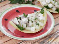 Фото приготовления рецепта: Салат из дыни с сыром фета, красным луком и мятой - шаг №10