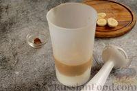 Фото приготовления рецепта: Бананово-кофейный смузи с творожно-кокосовыми шариками - шаг №4