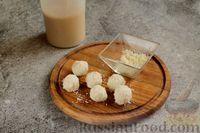 Фото приготовления рецепта: Бананово-кофейный смузи с творожно-кокосовыми шариками - шаг №5
