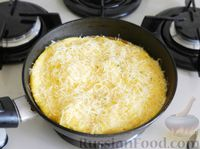 Фото приготовления рецепта: Омлет с манной крупой и сыром - шаг №9