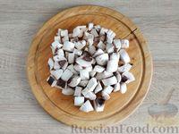 Фото приготовления рецепта: Салат с курицей, грибами и черносливом - шаг №4