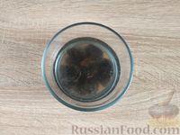 Фото приготовления рецепта: Салат с курицей, грибами и черносливом - шаг №8