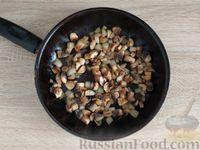 Фото приготовления рецепта: Салат с курицей, грибами и черносливом - шаг №6