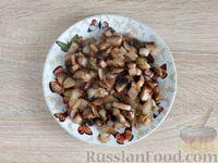 Фото приготовления рецепта: Салат с курицей, грибами и черносливом - шаг №7