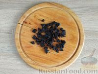 Фото приготовления рецепта: Салат с курицей, грибами и черносливом - шаг №9