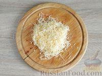 Фото приготовления рецепта: Салат с курицей, грибами и черносливом - шаг №10
