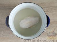 Фото приготовления рецепта: Салат с курицей, грибами и черносливом - шаг №2