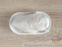 Фото приготовления рецепта: Салат с курицей, грибами и черносливом - шаг №3