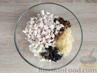 Фото приготовления рецепта: Салат с курицей, грибами и черносливом - шаг №13