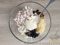 Фото приготовления рецепта: Салат с курицей, грибами и черносливом - шаг №14