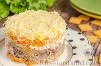 Фото к рецепту: Слоёный рыбный салат с крекерами, морковью и сыром