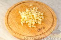 Фото приготовления рецепта: Новогодний салат с крабовыми палочками, ветчиной и сыром - шаг №4