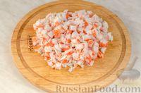 Фото приготовления рецепта: Новогодний салат с крабовыми палочками, ветчиной и сыром - шаг №5